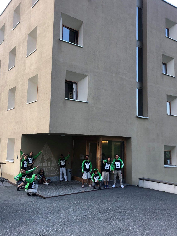 Gruppenfoto vor Jugendherberge Scuol