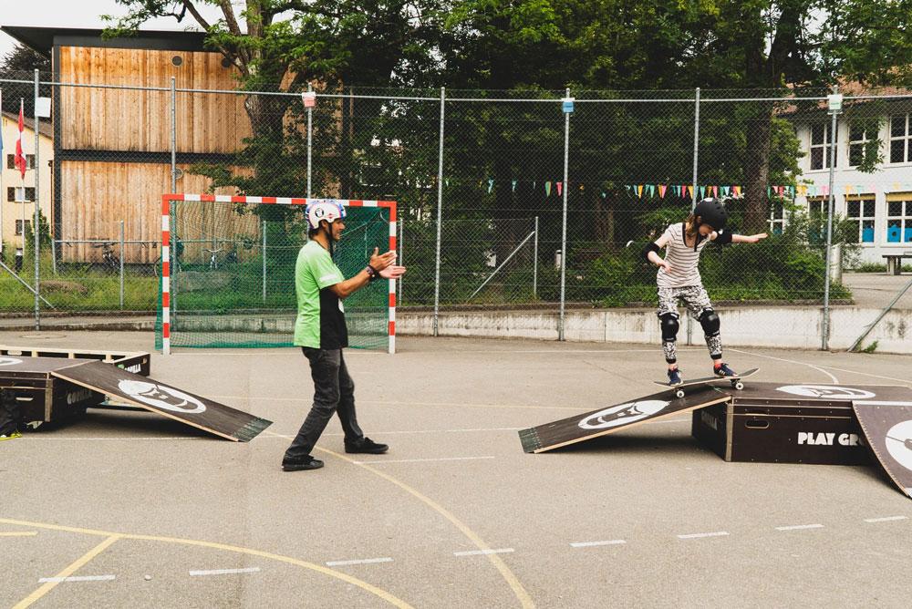 Mädchen auf Skateboard Gorilla Playground