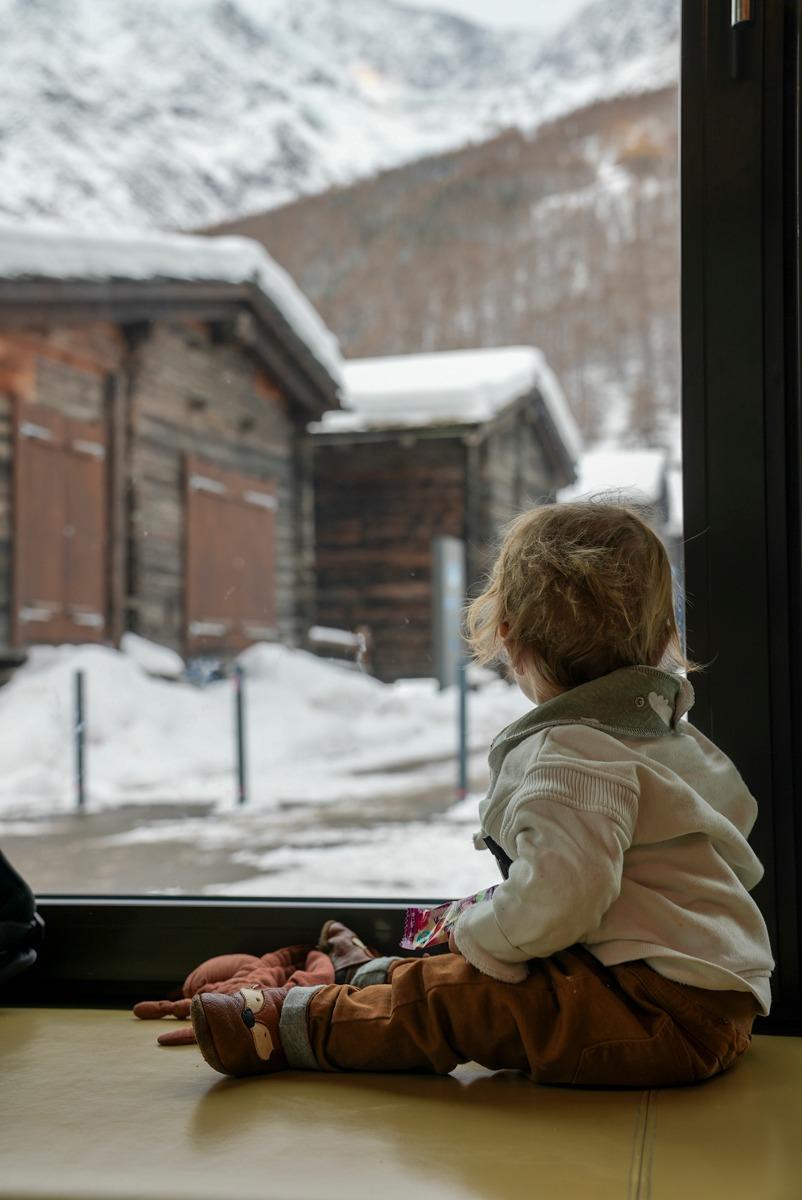 Baby blickt aus dem Fenster