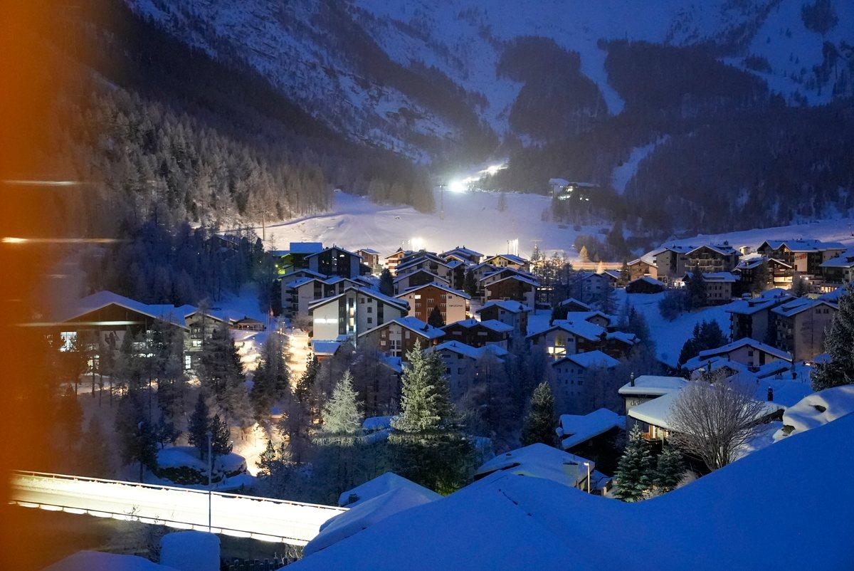 Dorf Saas Fee in der Nacht im Winter