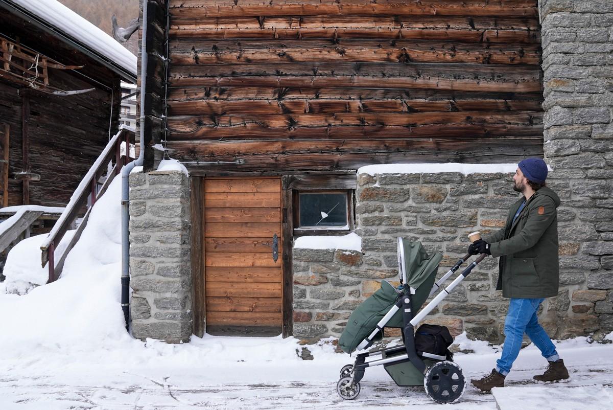 Mann mit Kinderwagen Saas Fee