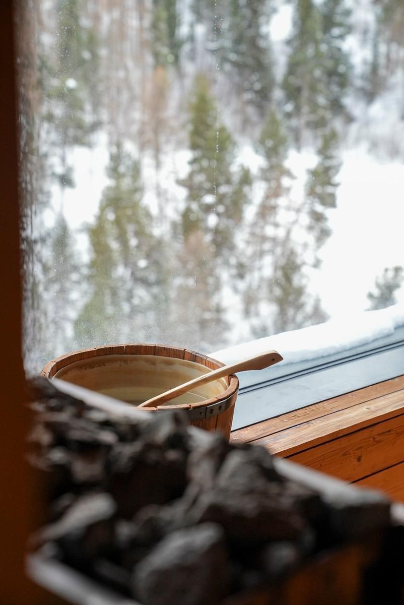 Wasserzuber in Sauna im Fenster