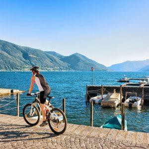Frau-Velofahrerin-Promenade-Ascona-Tessin-swiss-youth-hostels