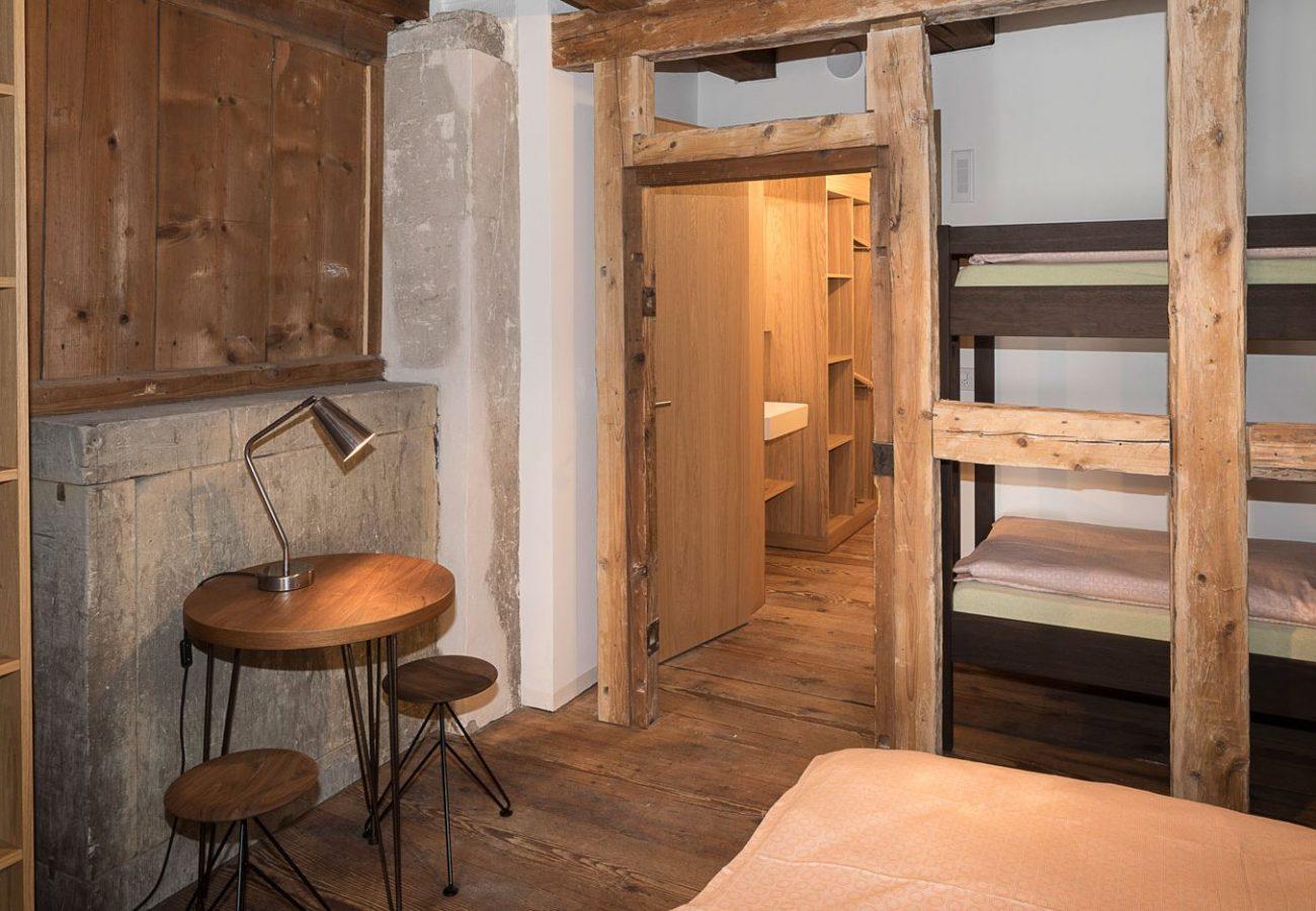 Zimmer mit Stockbett und Tisch