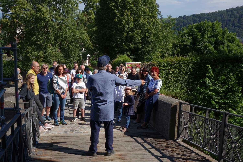 Menschengruppe auf Schloss Rundgang