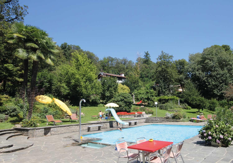 Pool Jugendherberge Lugano mit spielenden Kinder