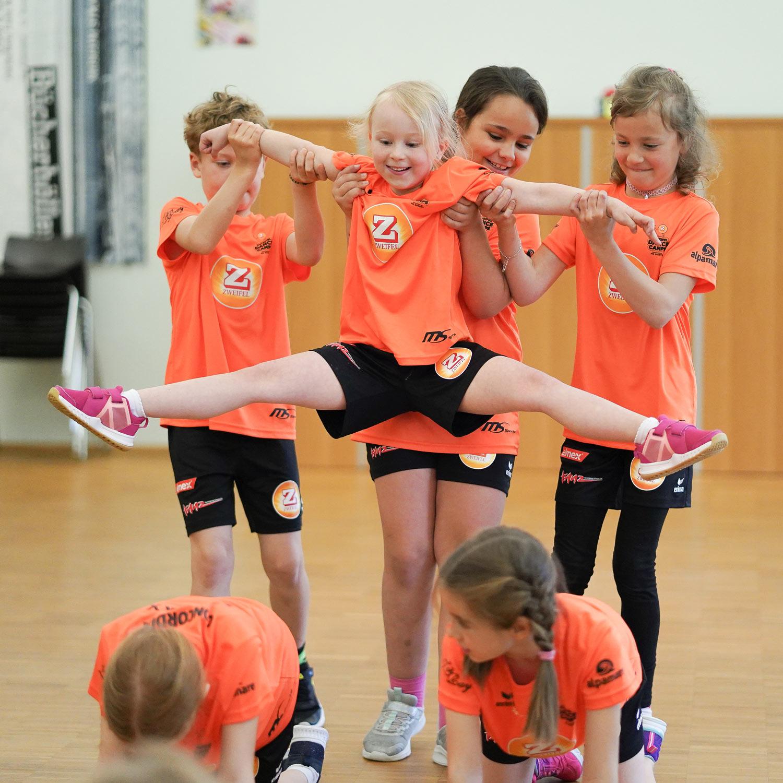 Gruppe von tanzenden Mädchen