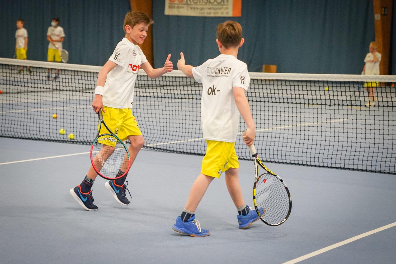 zwei Jungs spielen Tennis