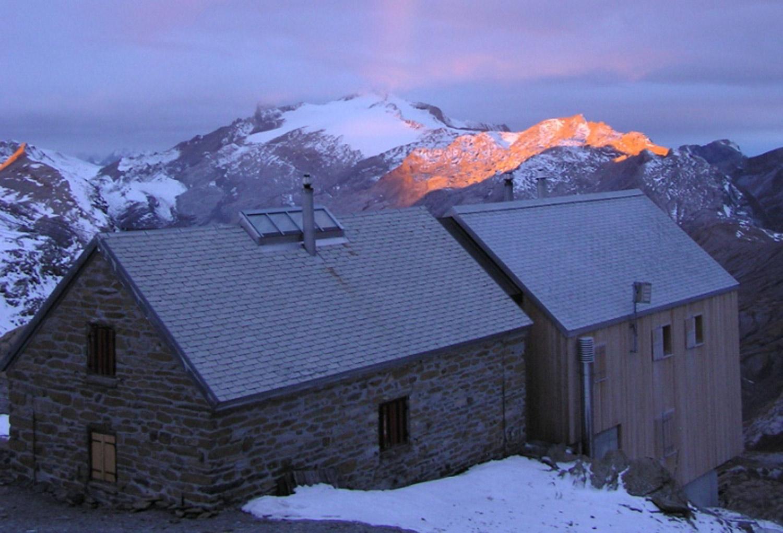 Wildstrubelhütte bei Sonnenuntergang