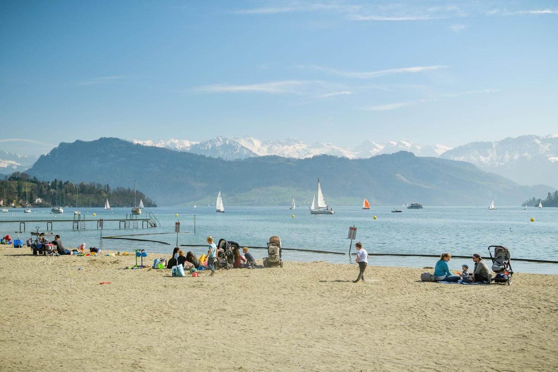 Menschen am Strand vom Lido Luzern