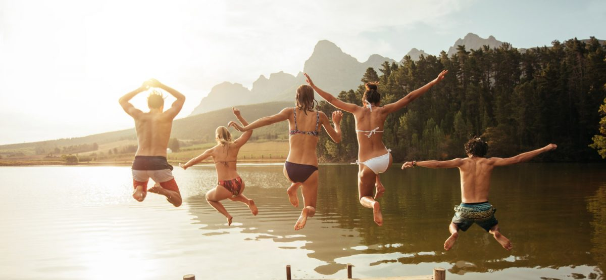 Familie springt ins Wasser