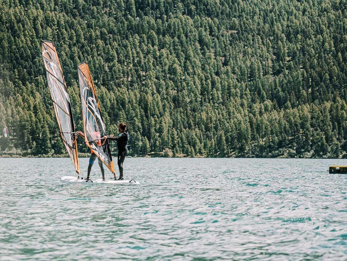 Mann am Kitesurfen auf dem Silvaplanersee
