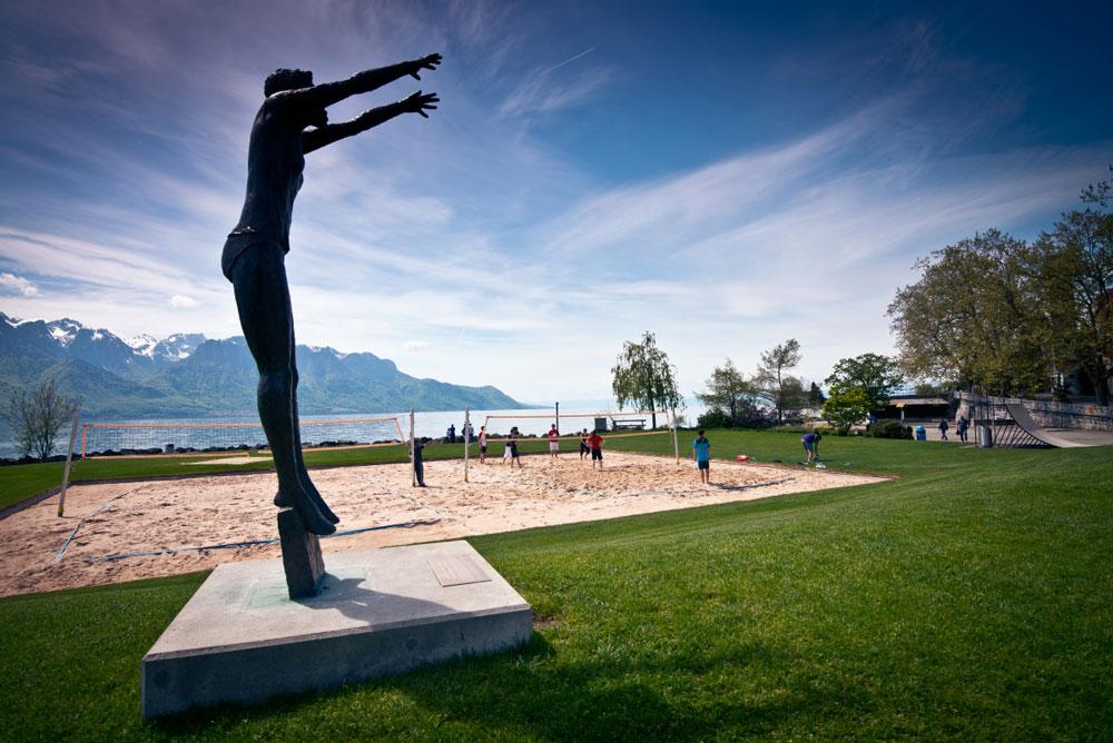 Jugendliche spiele Beachvolleyball am Genfersee