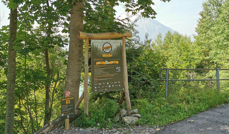 Schild im Wald mit Infos zum Trail