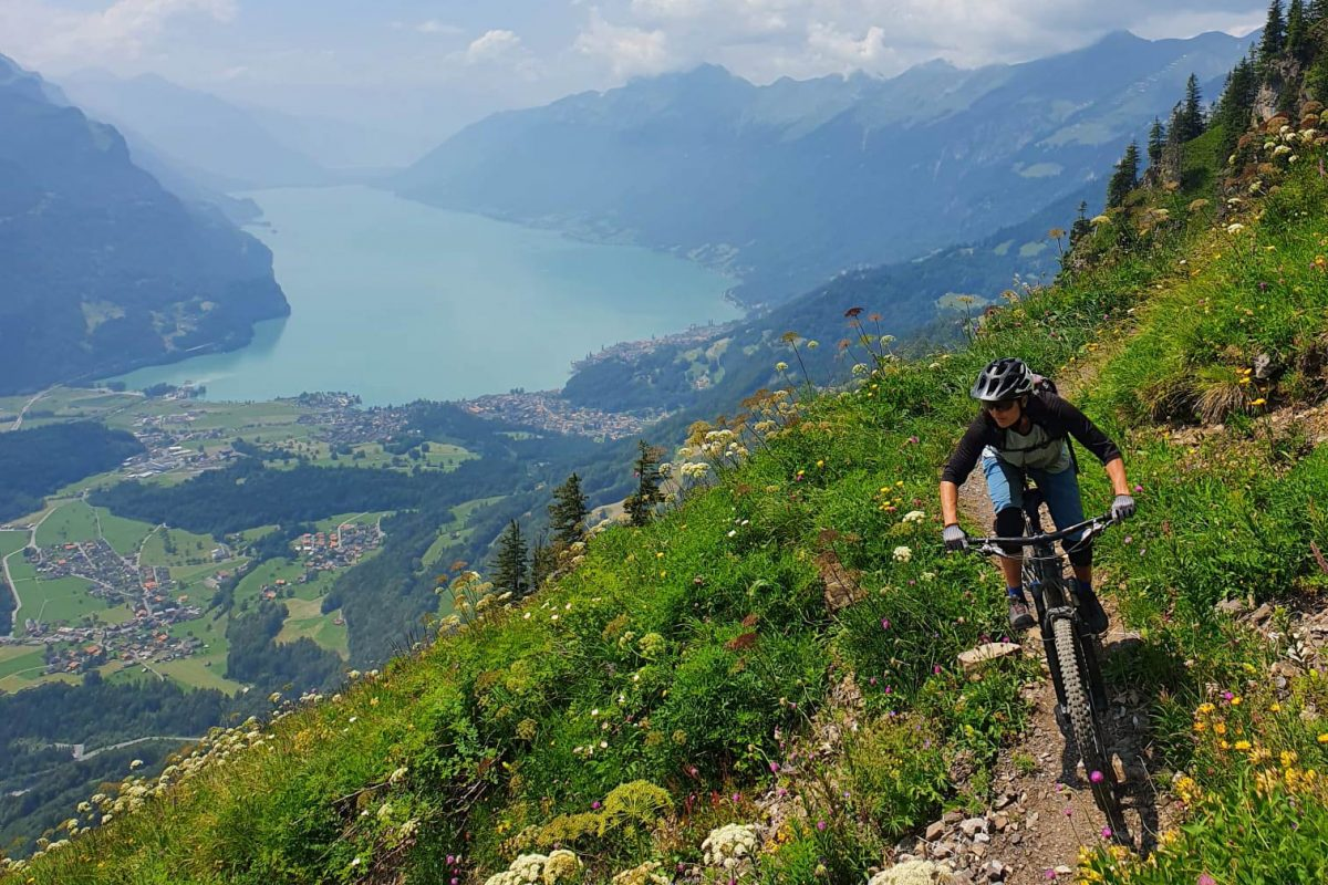 Femme sur un vélo au-dessus du lac Lungere