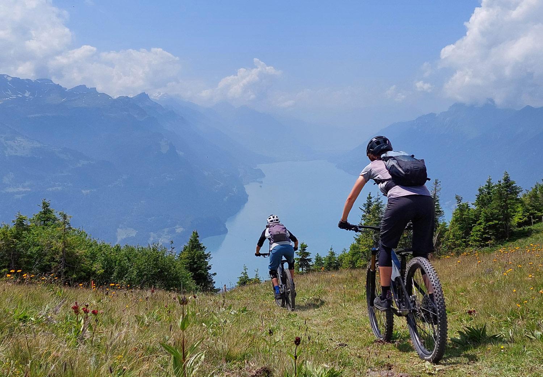 zwei Bikerinnen über dem Thunersee