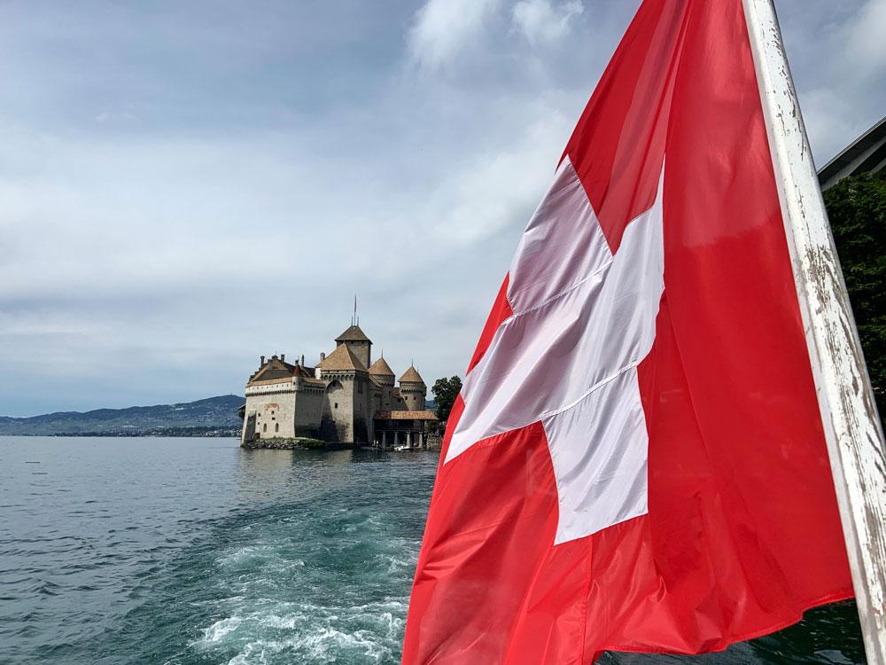 Schloss Chillon mit Schweizerfahne