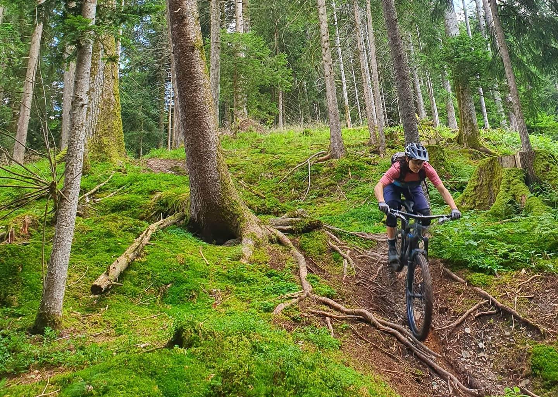 Frau auf de Bike im Wald